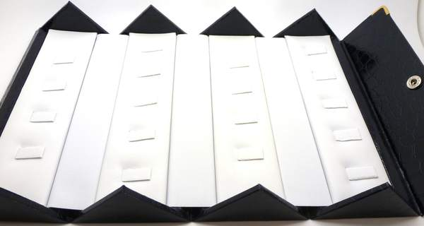 Caja plegable 7 cm de ancho y 15.5cm de largo con fondo blanco donde caben 18 anillos-Insumos -Insumos Joyas-PCA