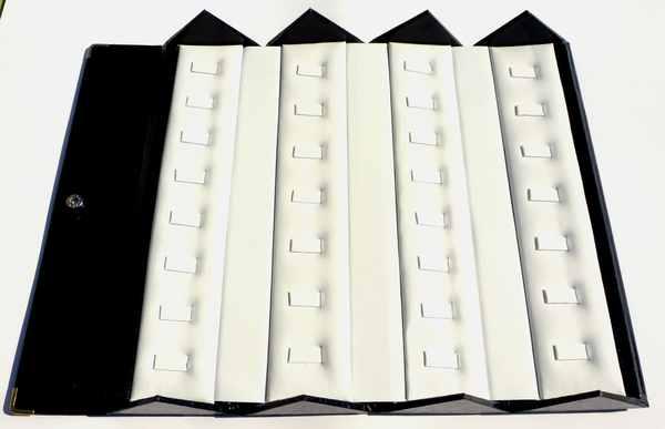 Caja plegable 7 cms de ancho y 25.5 cm de largo con fondo blanco donde caben 30 anillos-Insumos -Insumos Joyas-PGA